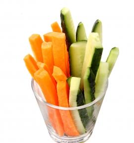 Šviežių morkyčių ir agurkų juostelės