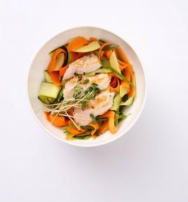 Marinuotų morkų salotos su obuoliais, moliūgų sėklomis ir glazūruota vištiena