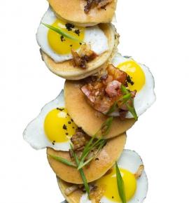 Amerikietiški blyneliai su putpelių kiaušiniais