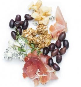 Sūrių, vytinto kumpio ir alyvuogių rinkinys