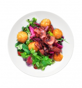 salotos su vištienos kroketais ir gruzdinta šonine